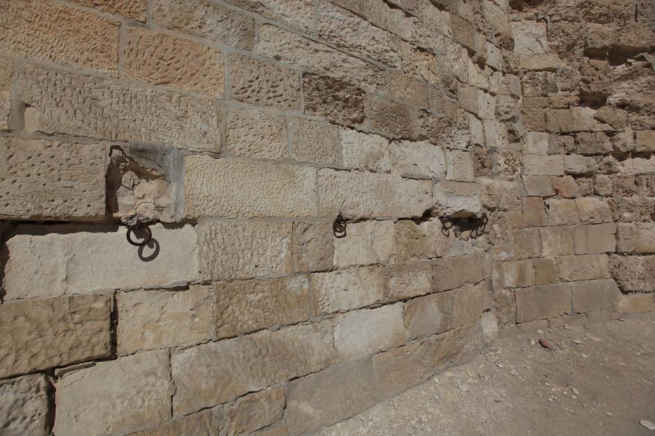 담벽 내부에 고리들이 박혀있는데 천막을 거는 자리랍니다.