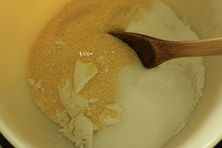 베이컨,양파,치즈,대파,옥수수가루를 밀가루와 섞어구운 머핀~